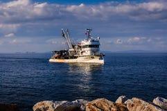 亚洛瓦土耳其渔船接近的渔夫海湾  库存照片
