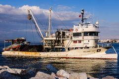亚洛瓦土耳其渔船接近的渔夫海湾  图库摄影