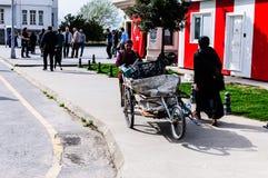 亚洛瓦市-土耳其街道的工作的老妇人  免版税库存照片