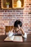 亚洲中国小女孩阅读书 库存照片