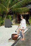 亚洲人去美好的方式英尺女孩沙子洗涤 免版税图库摄影