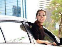 亚洲人回到汽车女孩查找 图库摄影