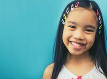 亚洲人微笑的小女孩画象 免版税库存图片