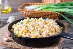 亚洲人炒饭用鸡蛋和玉米在一个煎锅在木背景 库存照片