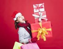 亚洲人请求查找妇女年轻人的白种人圣诞节复制礼品女孩帽子圣诞老人购物副微笑的空间 库存图片