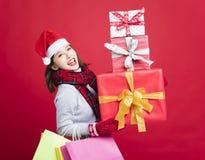 亚洲人请求查找妇女年轻人的白种人圣诞节复制礼品女孩帽子圣诞老人购物副微笑的空间 库存照片