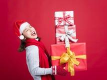 亚洲人请求查找妇女年轻人的白种人圣诞节复制礼品女孩帽子圣诞老人购物副微笑的空间 免版税库存图片