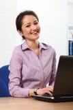 亚洲企业快乐的膝上型计算机妇女工&# 库存照片