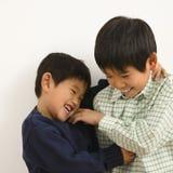 亚洲兄弟使用 免版税库存照片