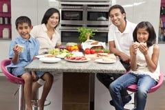 亚洲印地安人做父母吃膳食的儿童系列 库存照片