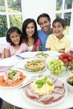 亚洲印地安人做父母吃膳食的儿童系列 免版税库存照片
