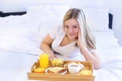 亚洲吃背景美丽的河床早餐白种人谷物中国的玉米片享用女性愉快的查出的位于的混合模型早晨种族白人妇女 免版税图库摄影