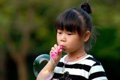 亚洲吹的泡影儿童使用 库存图片