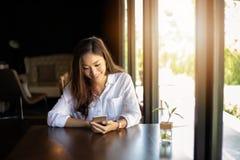 亚洲商人和妇女为通信使用机动性和接触智能手机并且检查商人在办公室 库存照片