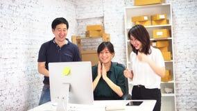 亚洲商人和庆祝成功的女商人在办公室 股票录像
