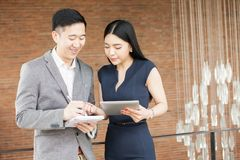 亚洲商人和有的女商人一次偶然企业交谈 库存图片