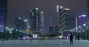 亚洲城市在晚上 夜生活在大都会,人步行在公园 股票视频