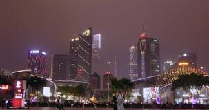 亚洲城市在晚上 夜生活在大都会,人步行在公园 股票录像