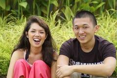 亚洲夫妇愉快笑 免版税库存图片