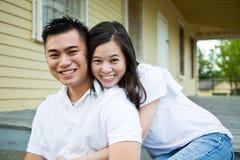 亚洲夫妇朝向他们的房子 免版税库存照片