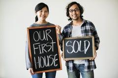 亚洲夫妇被卖的第一个房子 免版税库存照片