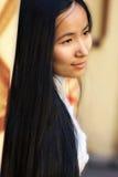 亚洲头发长的纵向妇女 免版税库存照片