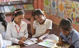 亚洲女孩在学校读了书 库存照片