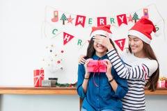 亚洲女孩恋人夫妇,对惊奇朋友的女朋友接近的眼睛 库存图片