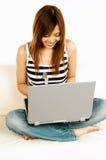 亚洲女孩膝上型计算机 库存图片