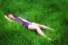 亚洲女孩草位于 免版税库存图片