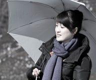 亚洲女孩藏品阳伞 免版税库存图片
