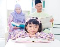 亚洲女孩读取 免版税库存图片