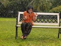 亚洲女孩雨 免版税库存照片