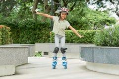 亚洲女孩骑马溜冰鞋 免版税图库摄影