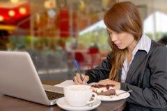 亚洲女实业家电话会议年轻人 免版税库存图片