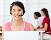 亚洲女实业家耳机使用 库存图片