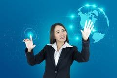 亚洲妇女和头显示世界地图连接图表 HUD gui 库存图片