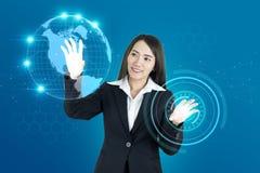 亚洲妇女和头显示世界地图连接图表 HUD gui 免版税库存照片