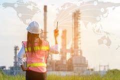 亚洲妇女工作经验和专业职业性工程师电工有安全控制的在能源厂能源业 免版税库存照片