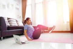 亚洲妇女锻炼做在家v上升吸收锻炼 图库摄影