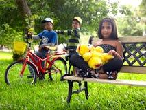 亚洲孩子公园使用 库存照片
