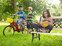 亚洲孩子公园使用 库存图片