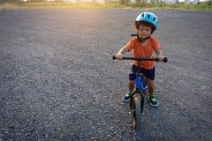 亚洲孩子第一辆天戏剧平衡自行车 免版税库存照片