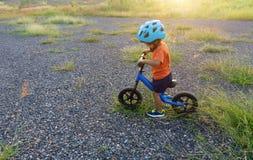 亚洲孩子第一辆天戏剧平衡自行车 免版税库存图片