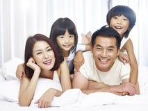 亚洲家庭画象有两个孩子的 库存照片