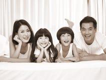 亚洲家庭画象有两个孩子的 免版税图库摄影