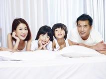 亚洲家庭画象有两个孩子的 免版税库存图片