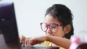 亚洲小女孩使用充满幸福的便携式计算机和快乐 影视素材