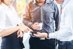 亚洲小组商人谈话在室外在工作以后 免版税库存图片