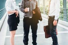 亚洲小组商人谈话在室外在工作以后 库存照片